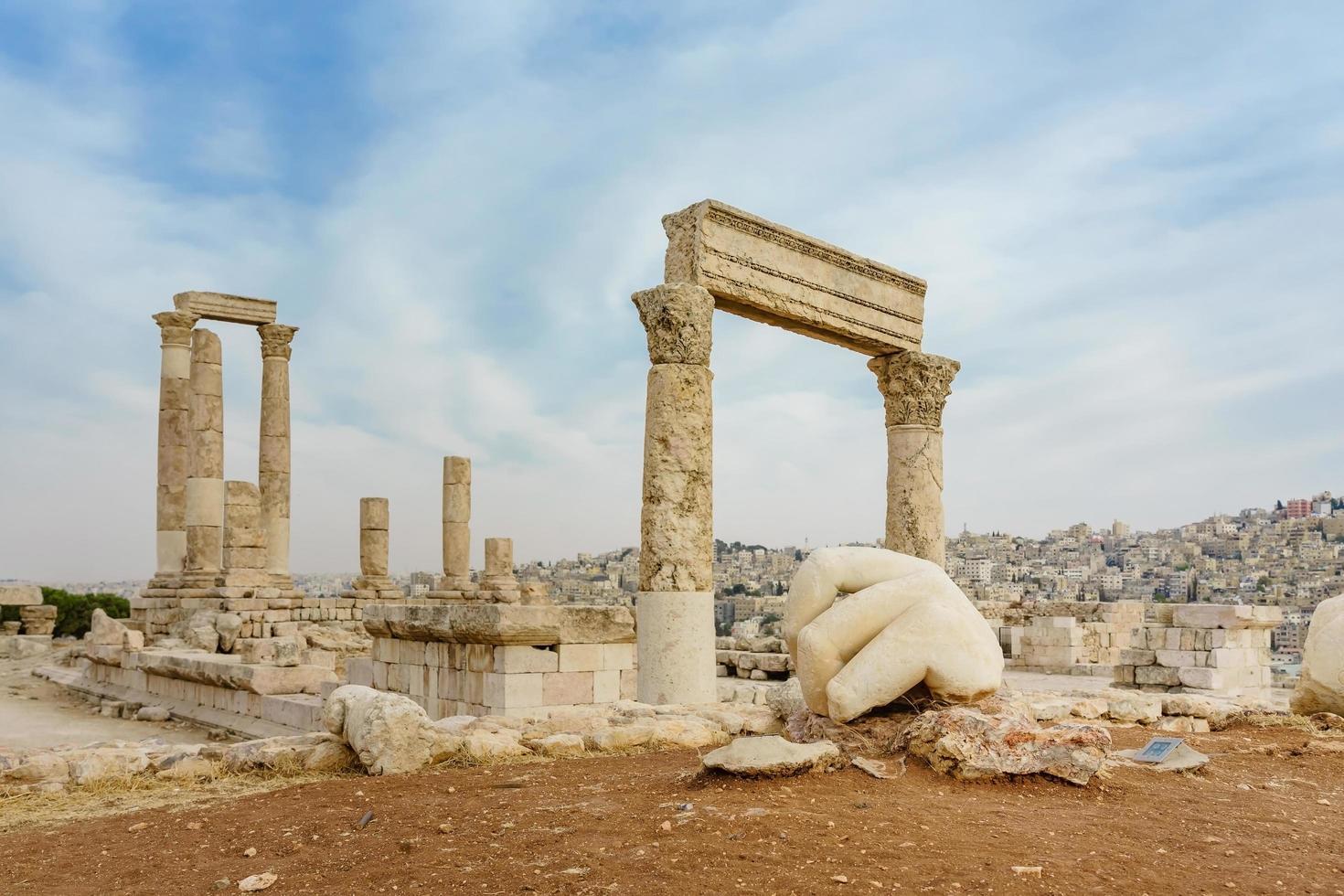 Tempel des Herkules, römische korinthische Säulen am Zitadellenhügel in Amman, Jordanien foto