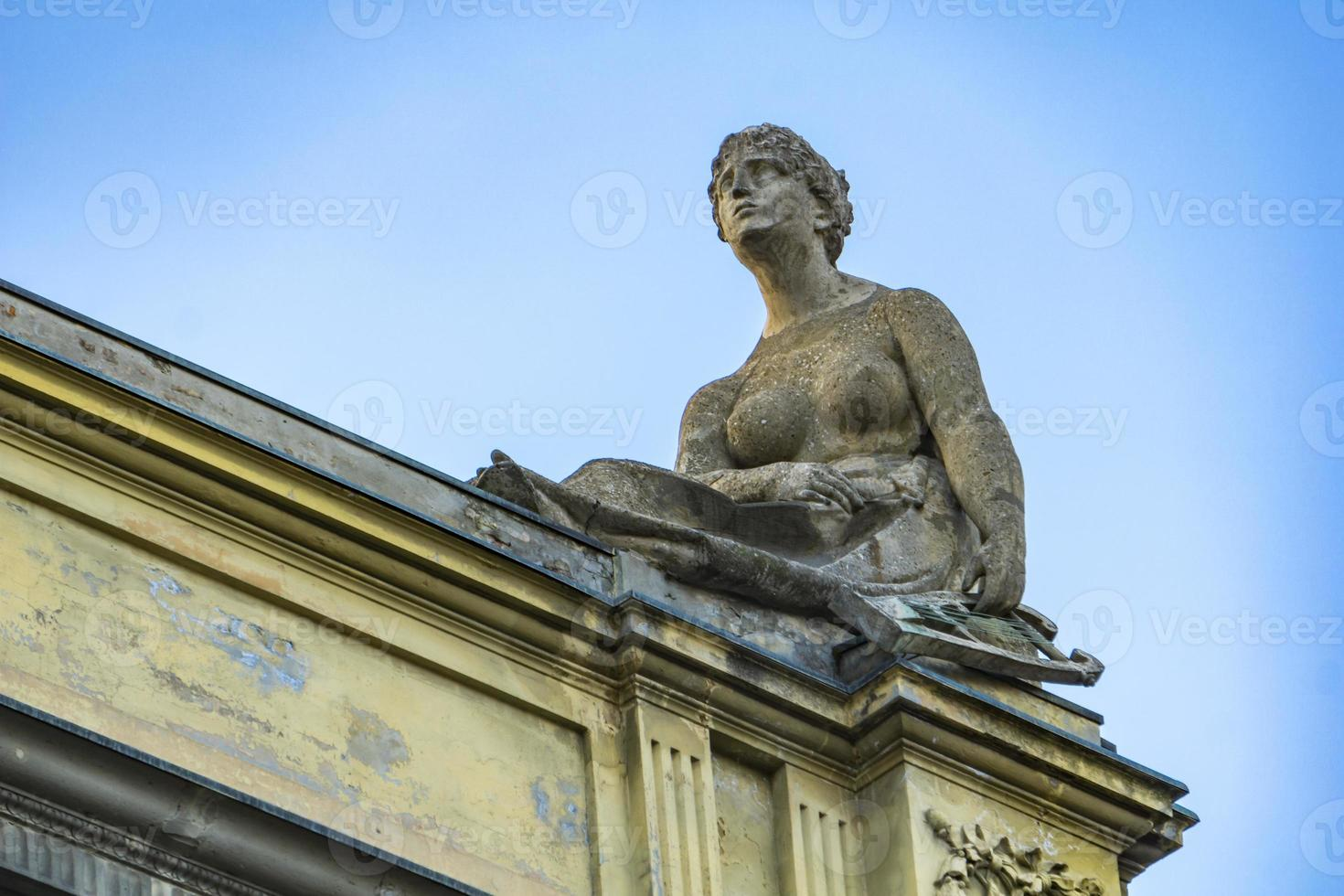 Skulpturen auf dem Dach der Arena del Sole Theater in Bologna foto