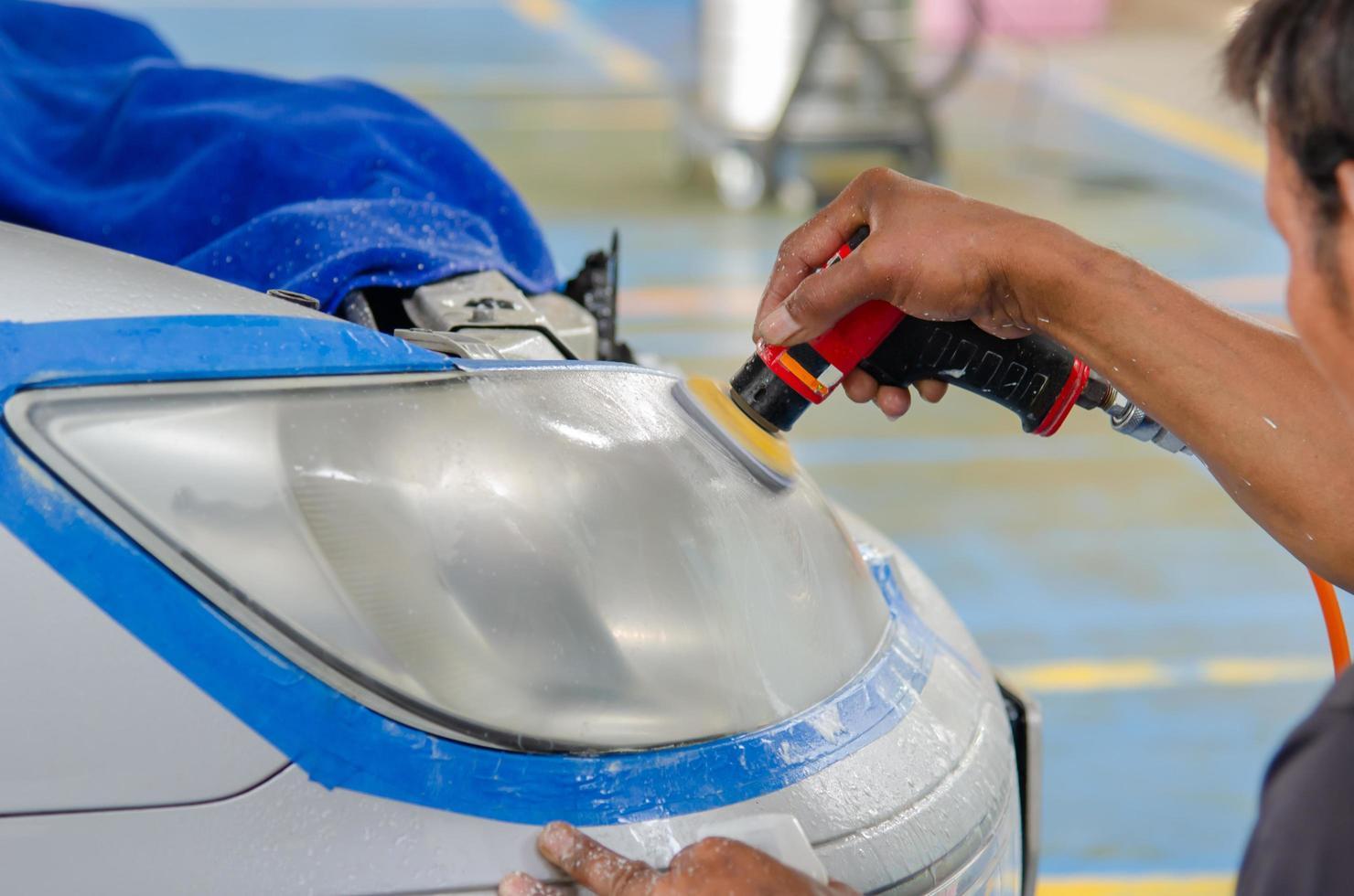 Autoscheinwerfer polieren foto