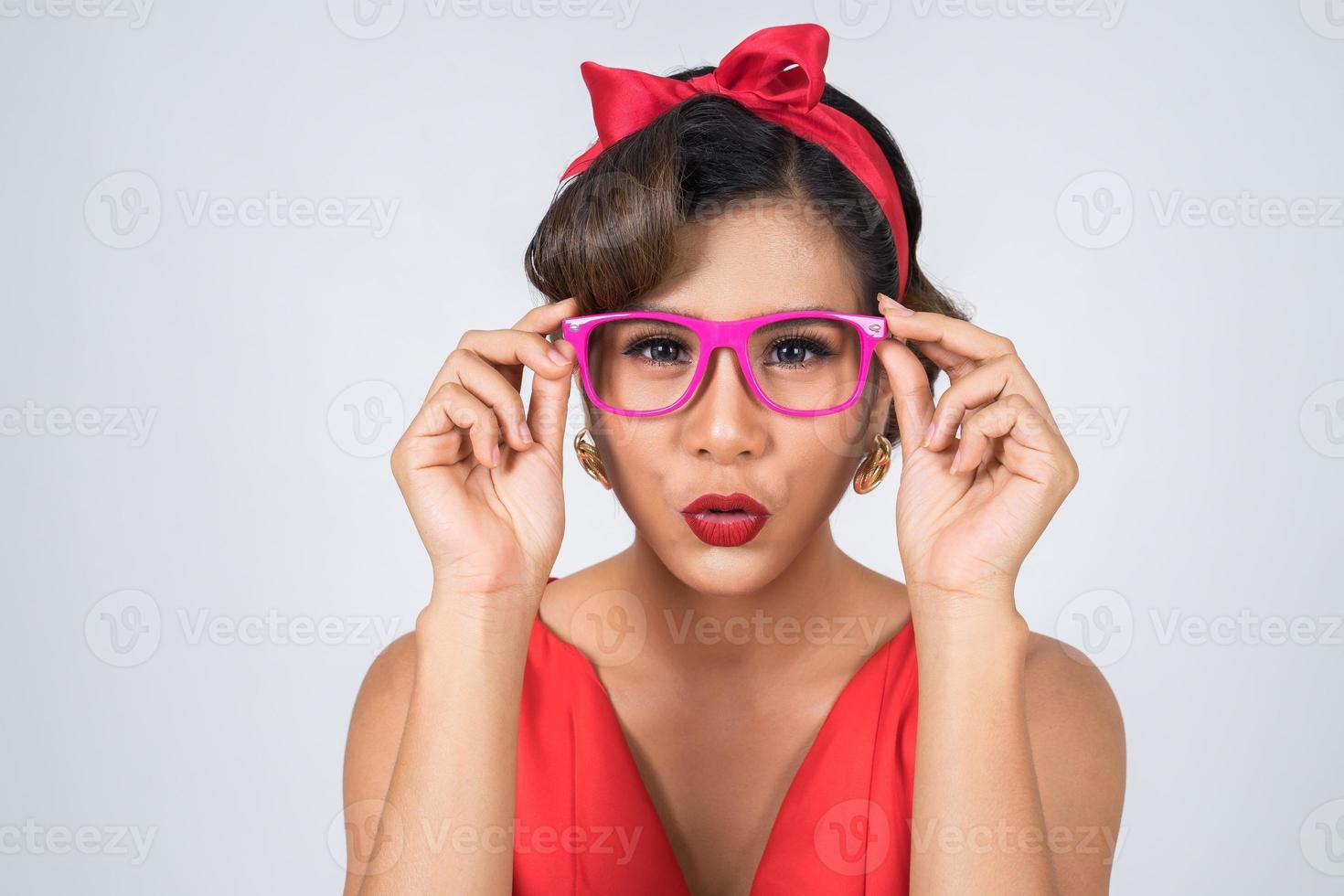 Porträt einer modischen Frau, die rosa Sonnenbrille trägt foto