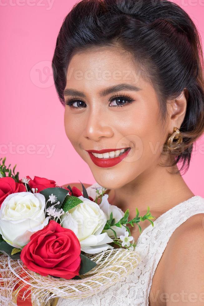 Porträt einer schönen Frau mit Blumenstrauß foto