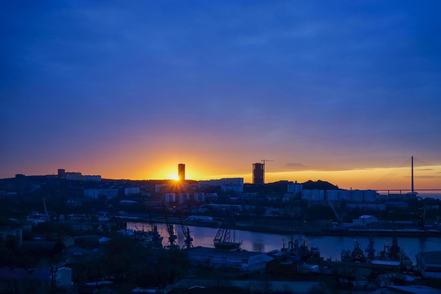 Stadtbild mit Sonnenaufgang in Wladiwostok, Russland foto
