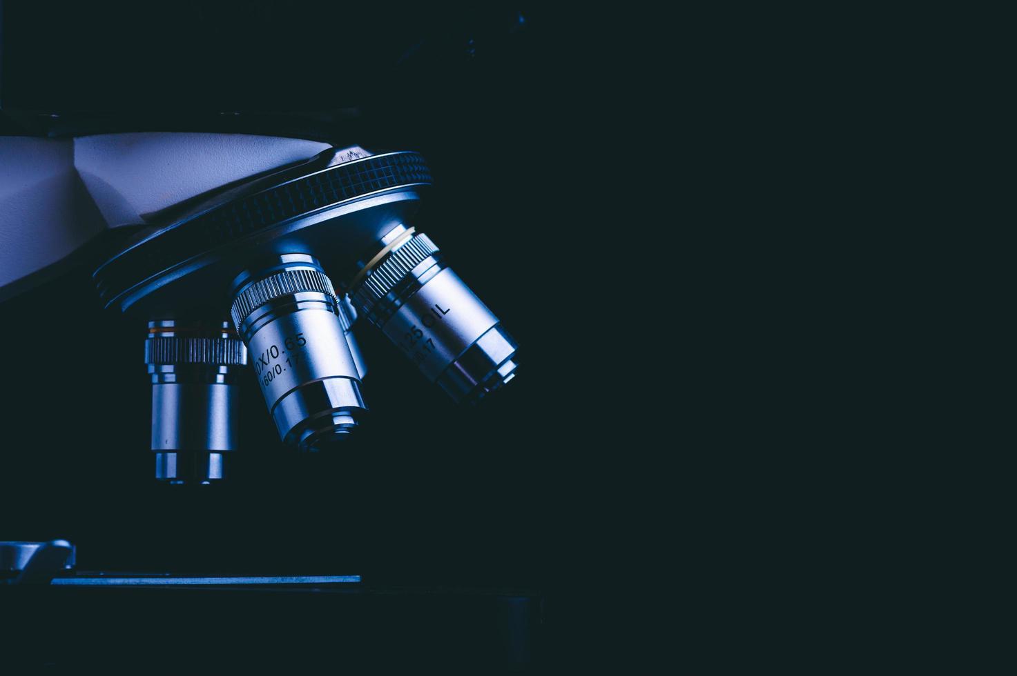 Nahaufnahme von Mikroskoplinsen auf schwarzem Grund foto