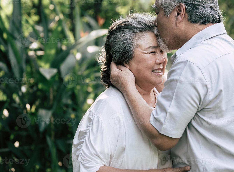 älteres Ehepaar tanzt zusammen foto
