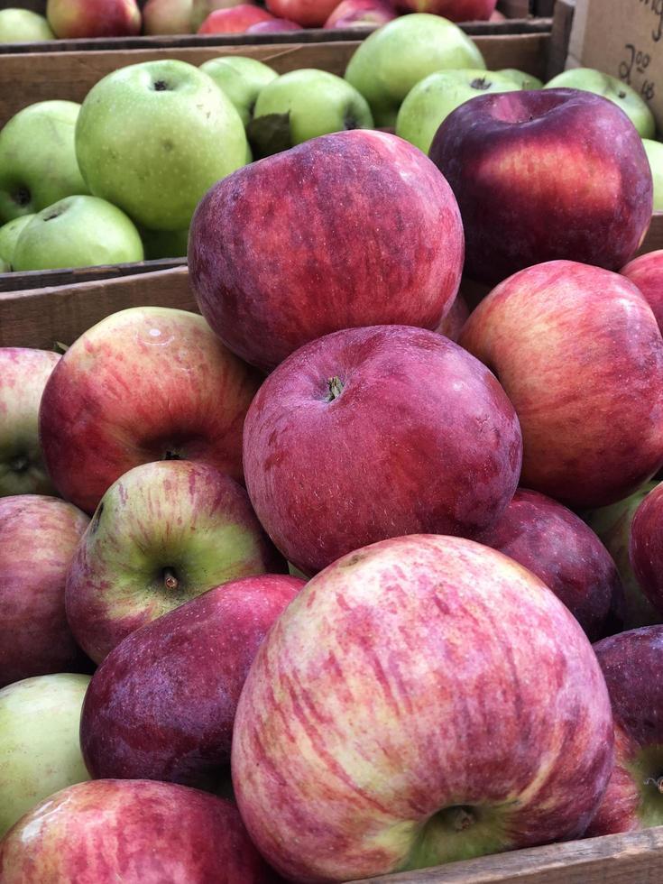 rote und grüne Äpfel zum Verkauf auf dem Marktplatz foto
