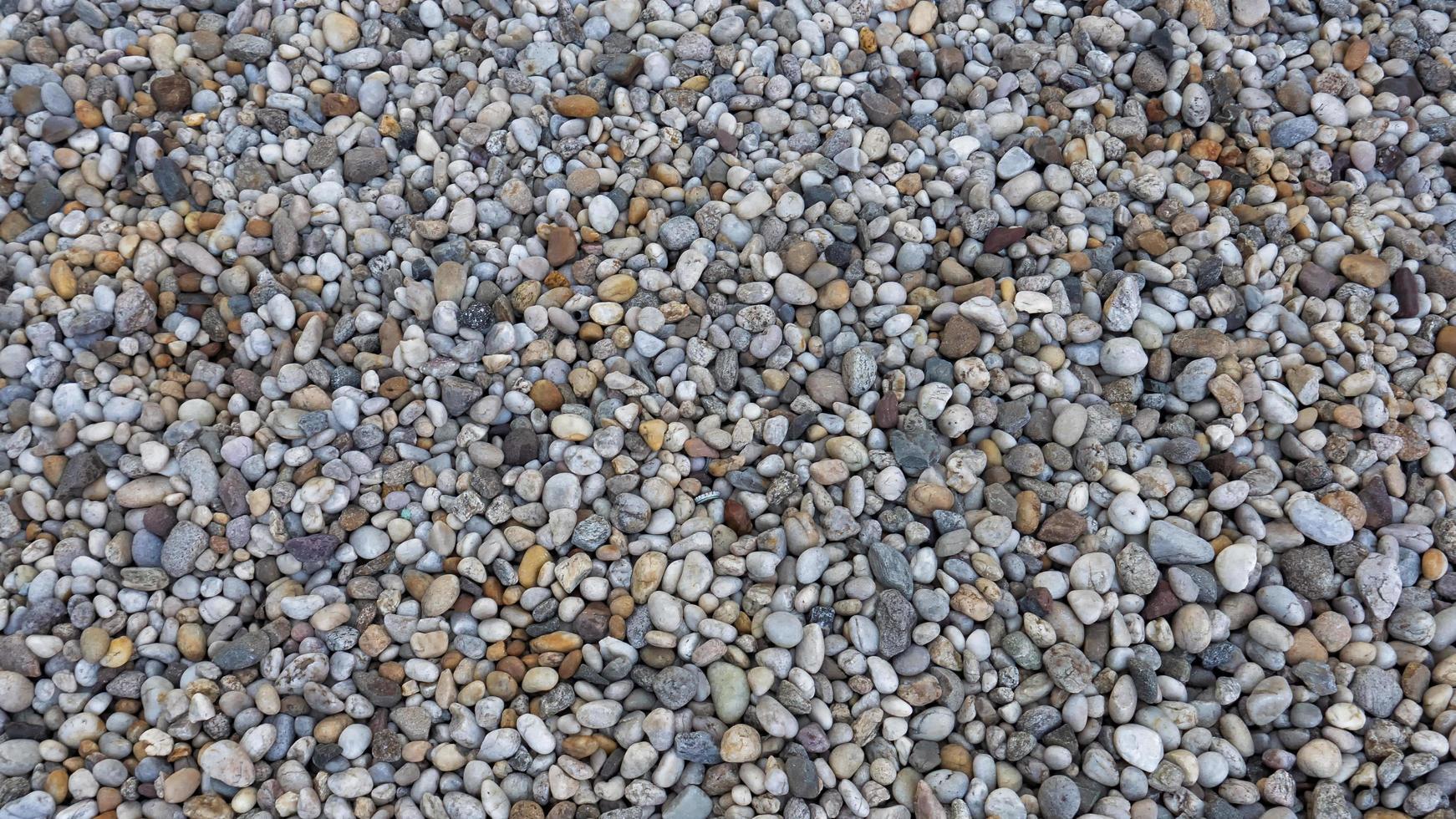 bunte Kieselsteine auf dem Boden foto
