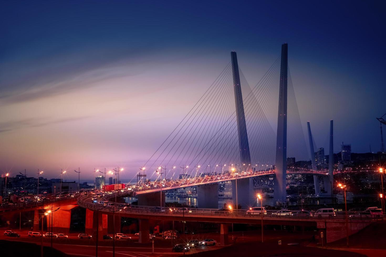 Nachtstadtbild mit Zolotoybrücke in Wladiwostok, Russland foto