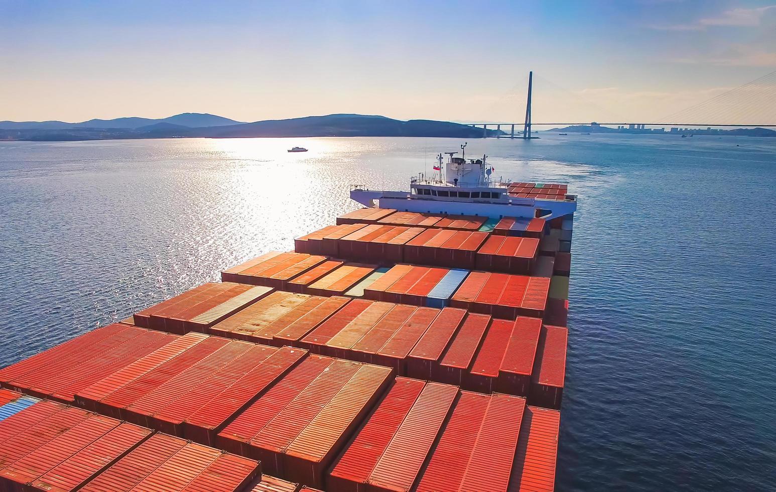 verankertes Containerschiff im Hafen in der Straße in Wladiwostok, Russland foto