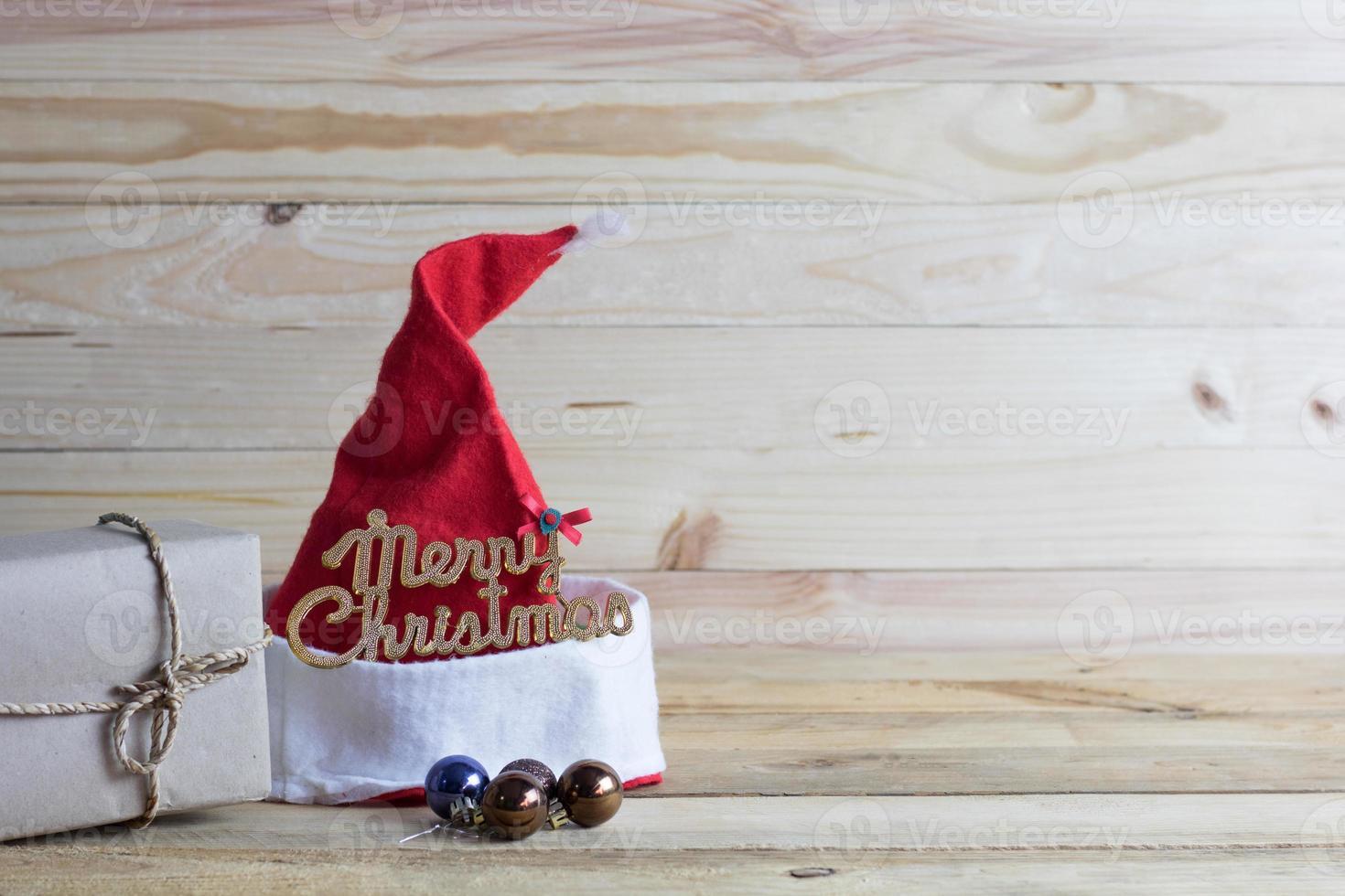 Weihnachtsmütze auf Holz mit Kopienraum foto