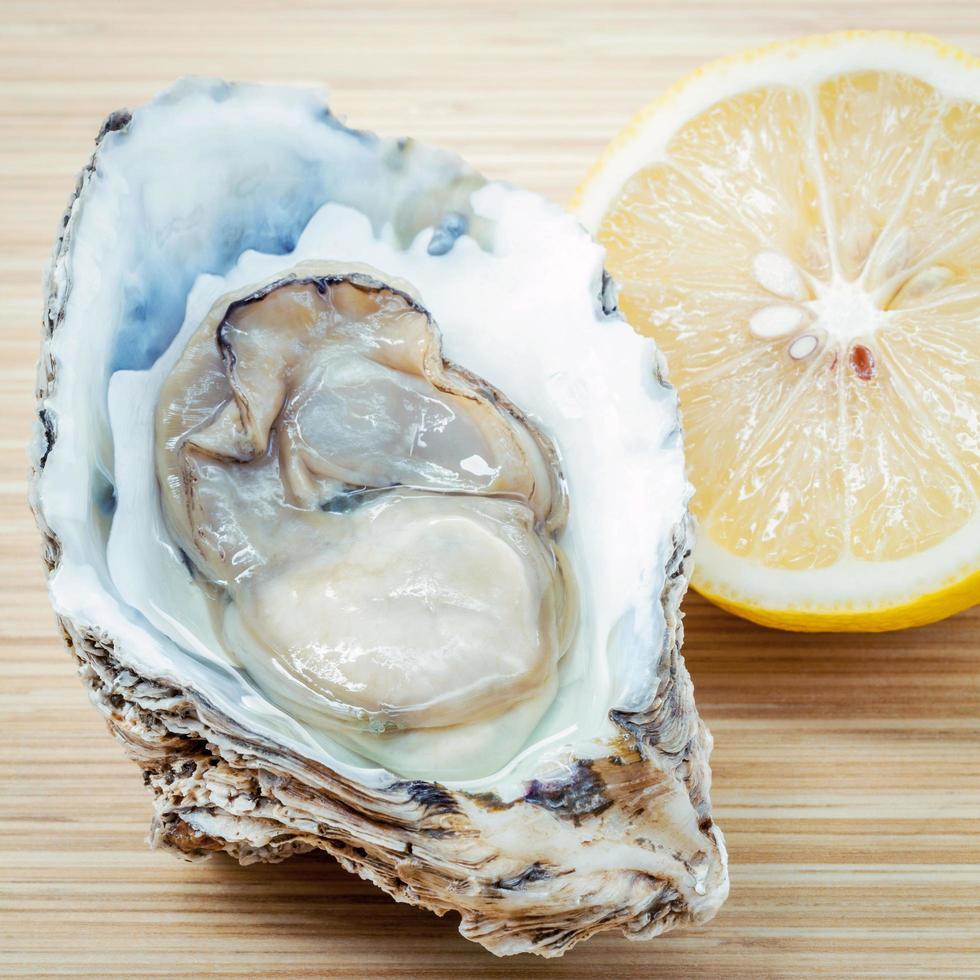 frische Auster mit Zitrone foto