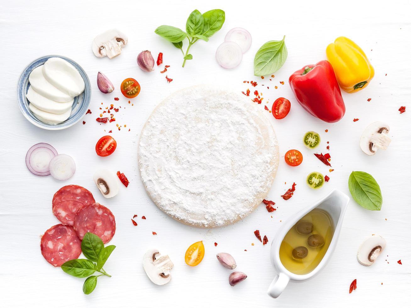 frischer Pizzateig und Zutaten foto