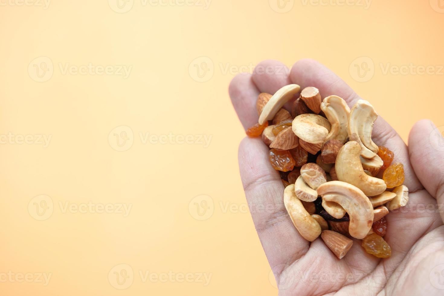 gemischte Nüsse in der Hand mit Kopierraum foto
