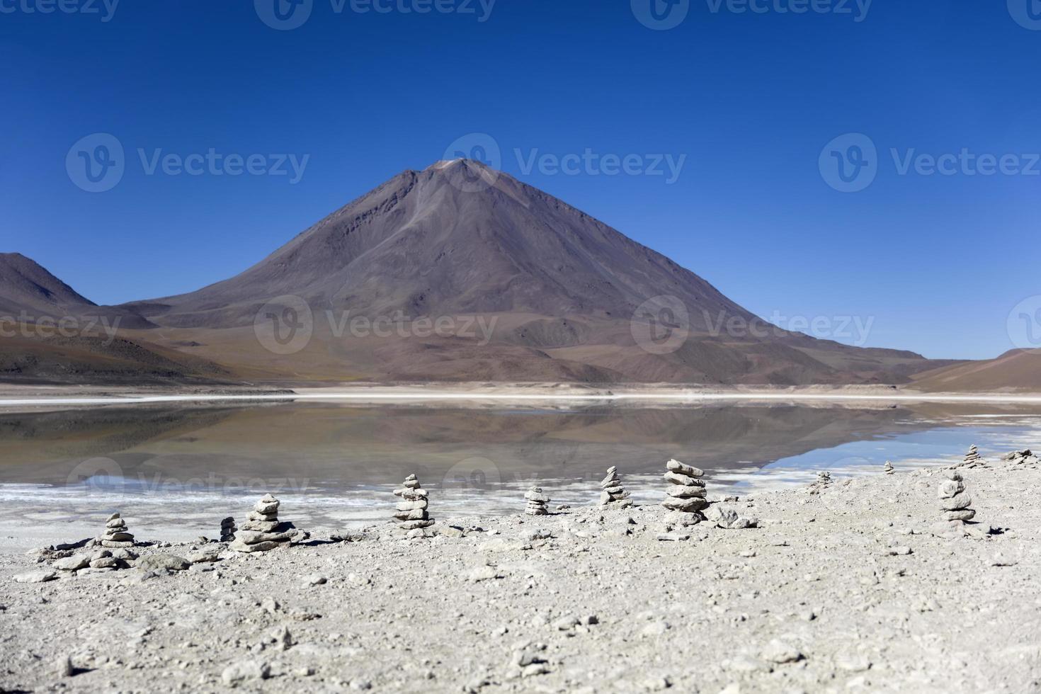 Laguna Verde See und Licancabur Vulkan in Bolivien foto