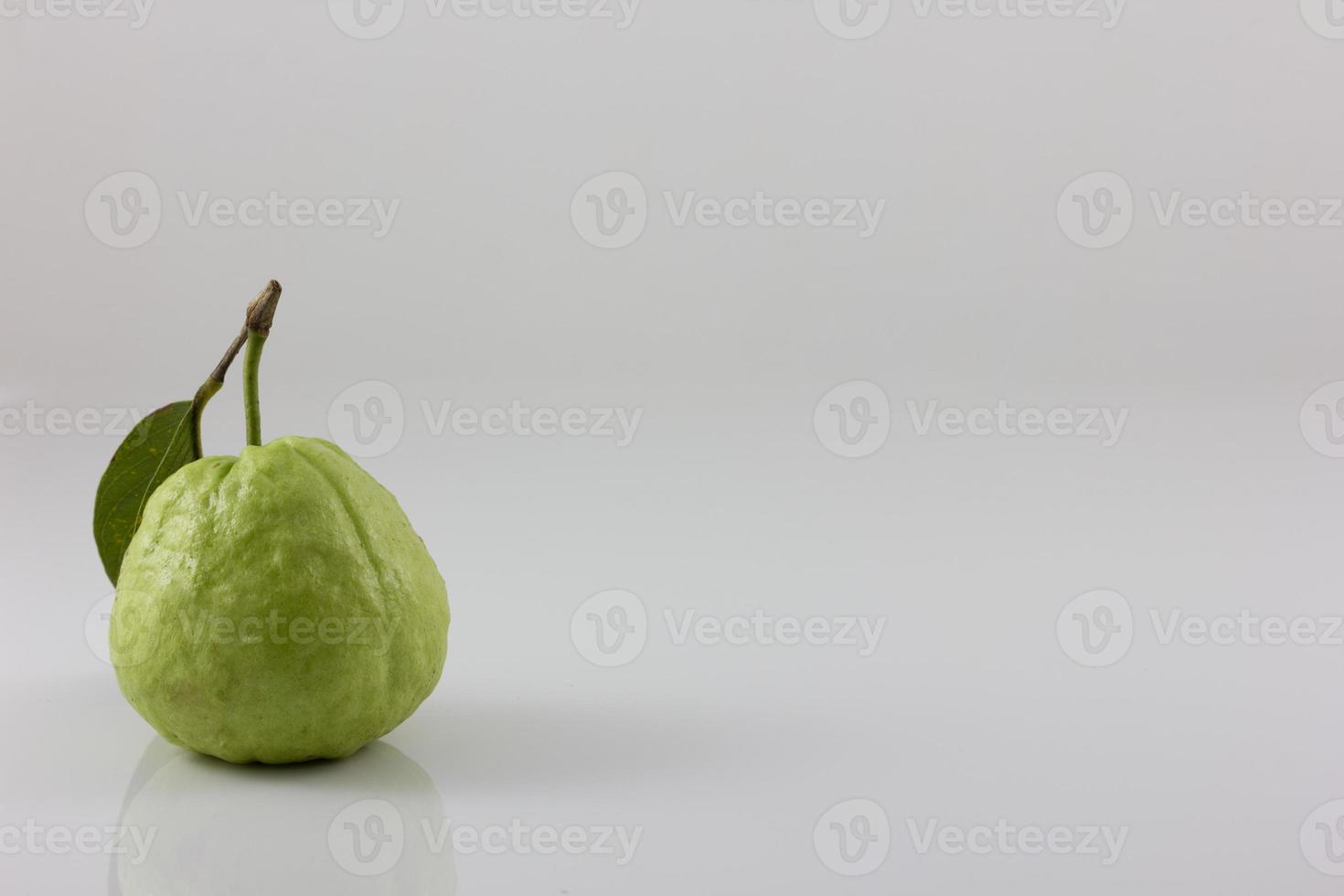 eine Guave auf weißem Hintergrund foto