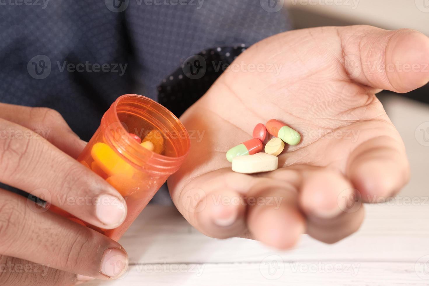 Männerhand mit Medizin foto