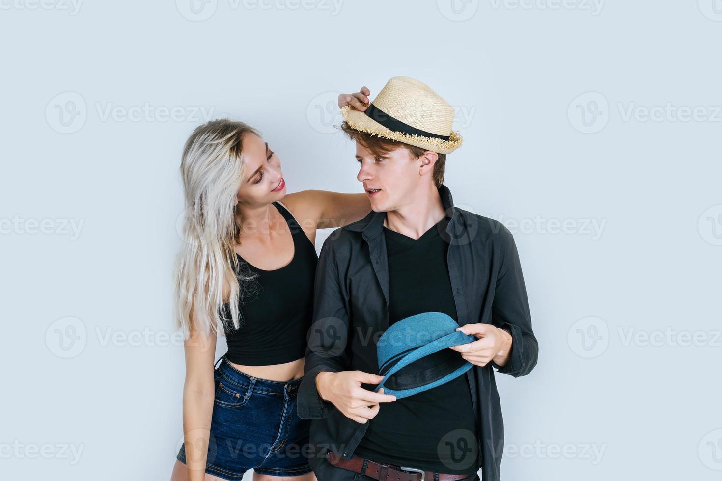 Modepaar, das zusammen lustig ist foto