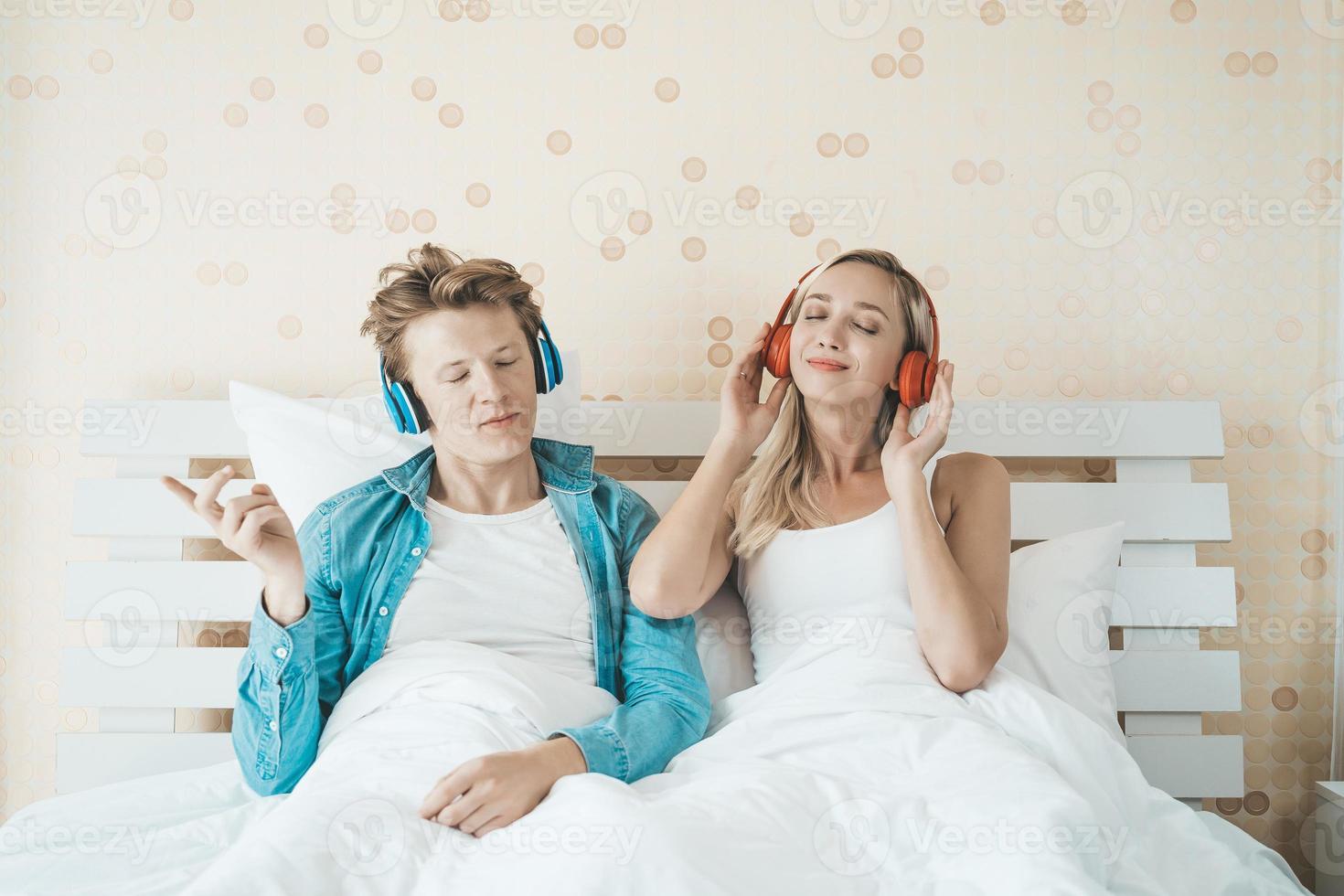 glückliches Paar, das morgens Lieder hört foto