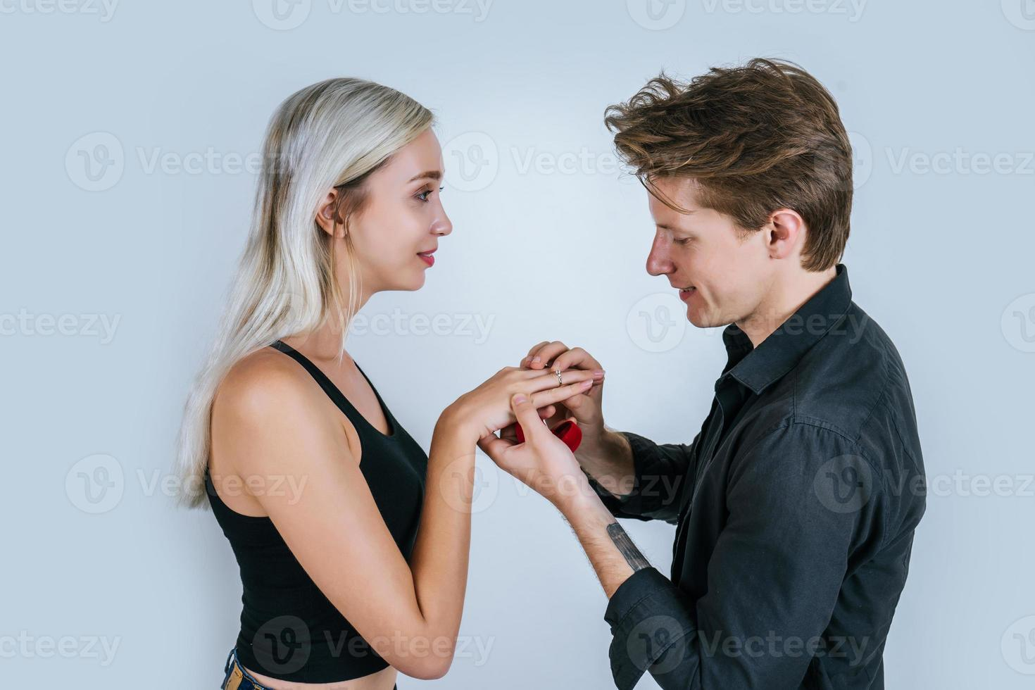 glückliches Porträt des Paares während der Überraschungsheirat foto