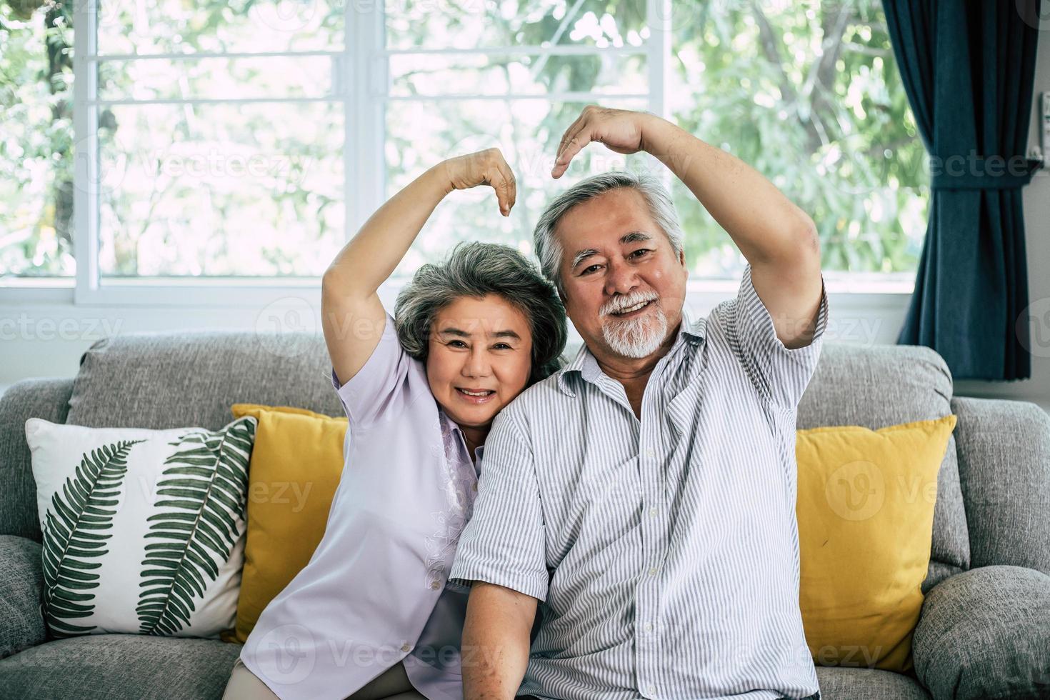 älteres Paar zusammen in ihrem Wohnzimmer foto