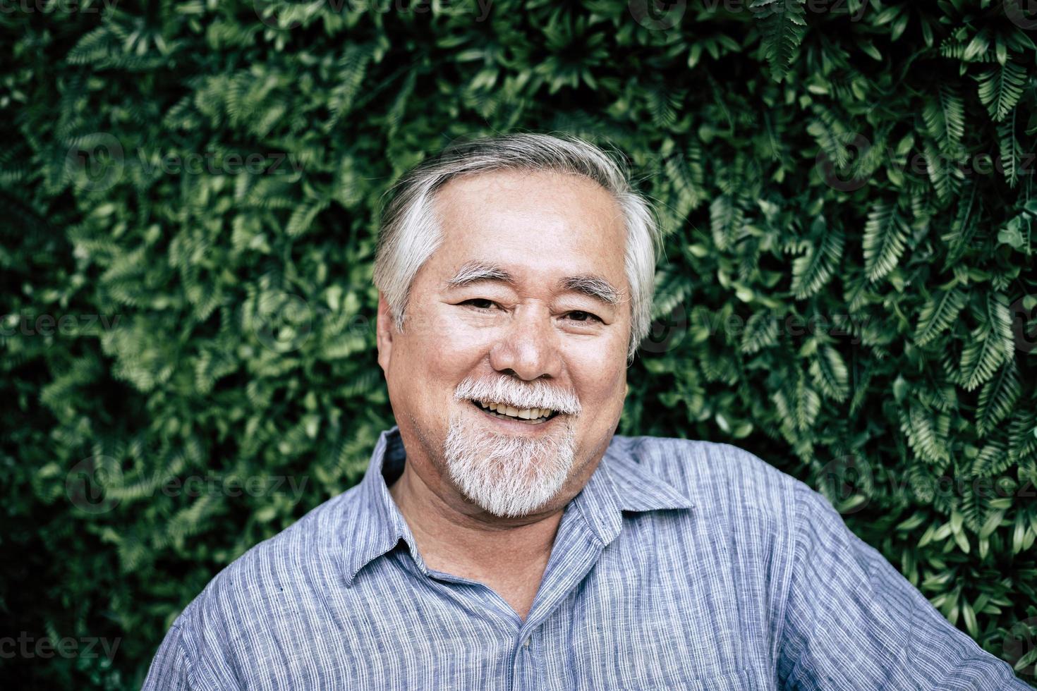 Porträt des älteren Mannes lächelnd foto