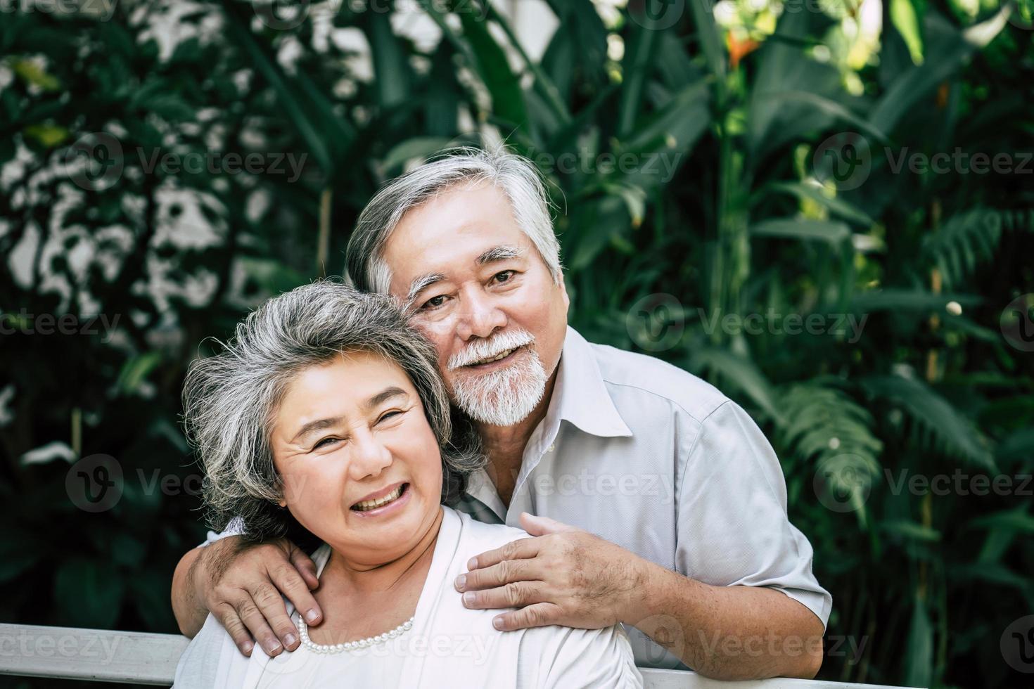 älteres Paar, das zusammen im Park spielt foto
