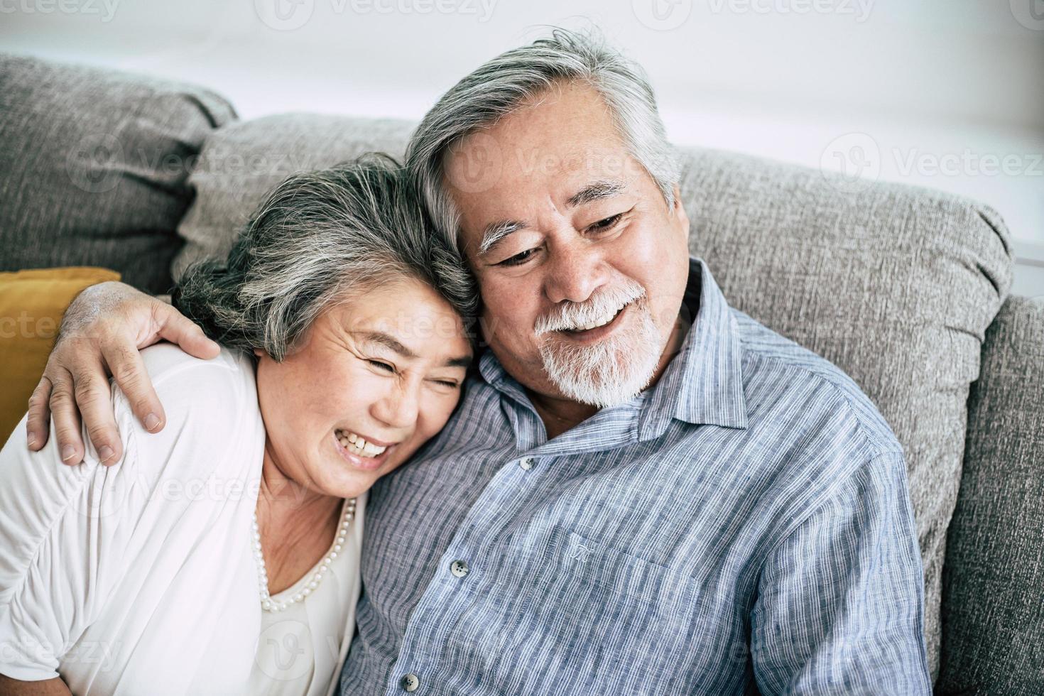 älteres Paar, das zusammen im Wohnzimmer spielt foto