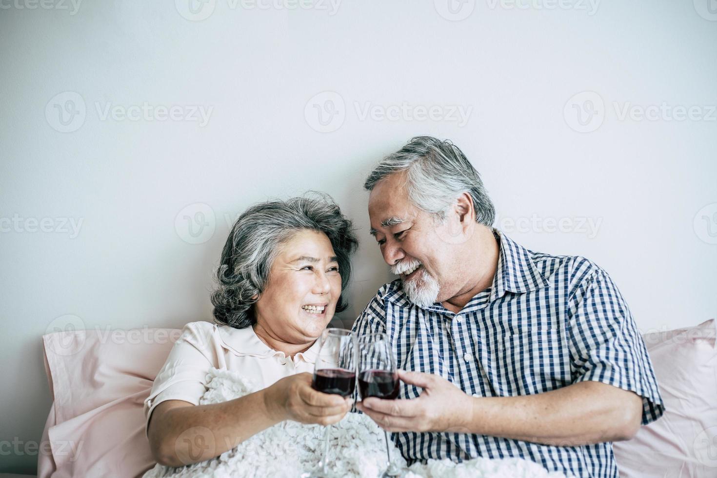 älteres Ehepaar, das sein Jubiläum im Schlafzimmer genießt foto