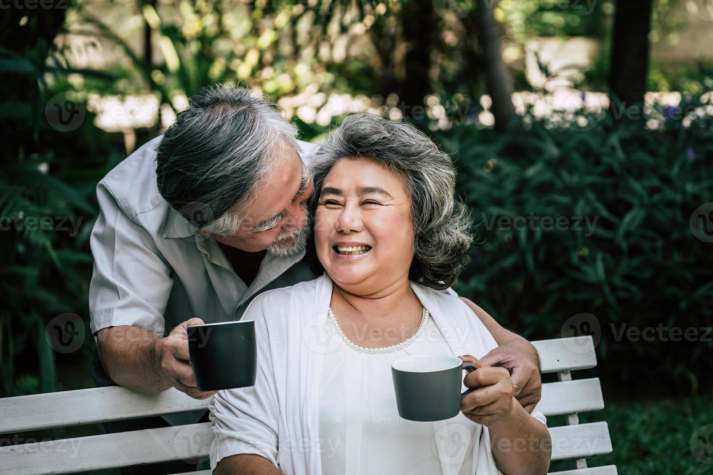 ältere Paare spielen und trinken Kaffee foto