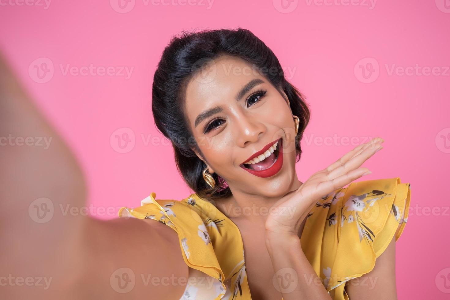 schöne modische Frau, die ein Selfie mit ihrem Telefon nimmt foto