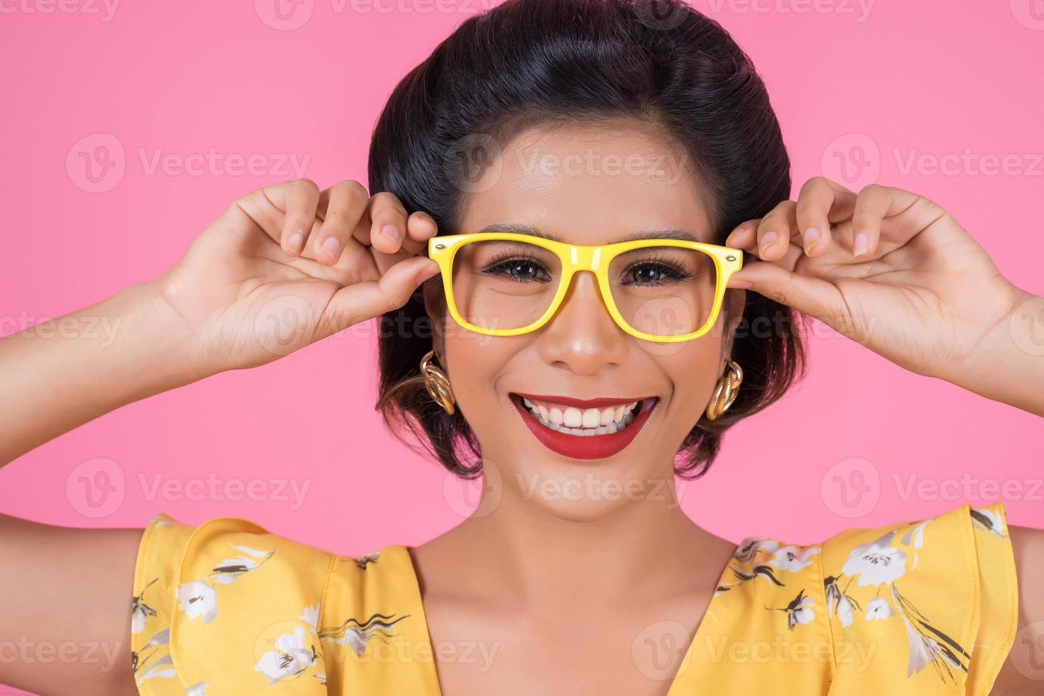 Porträt der modischen Frau mit Sonnenbrille foto
