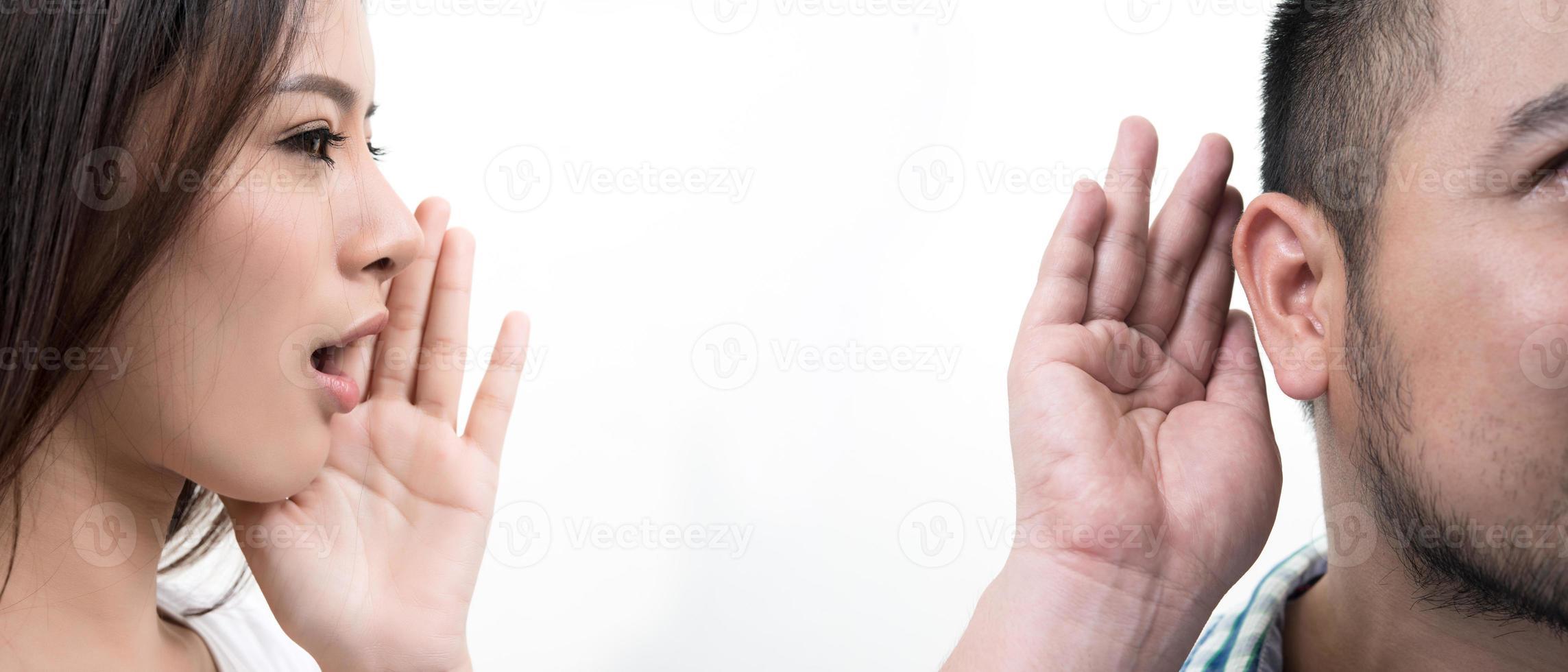 junges Paar, das von Angesicht zu Angesicht lokalisiert auf weißem Hintergrund steht foto
