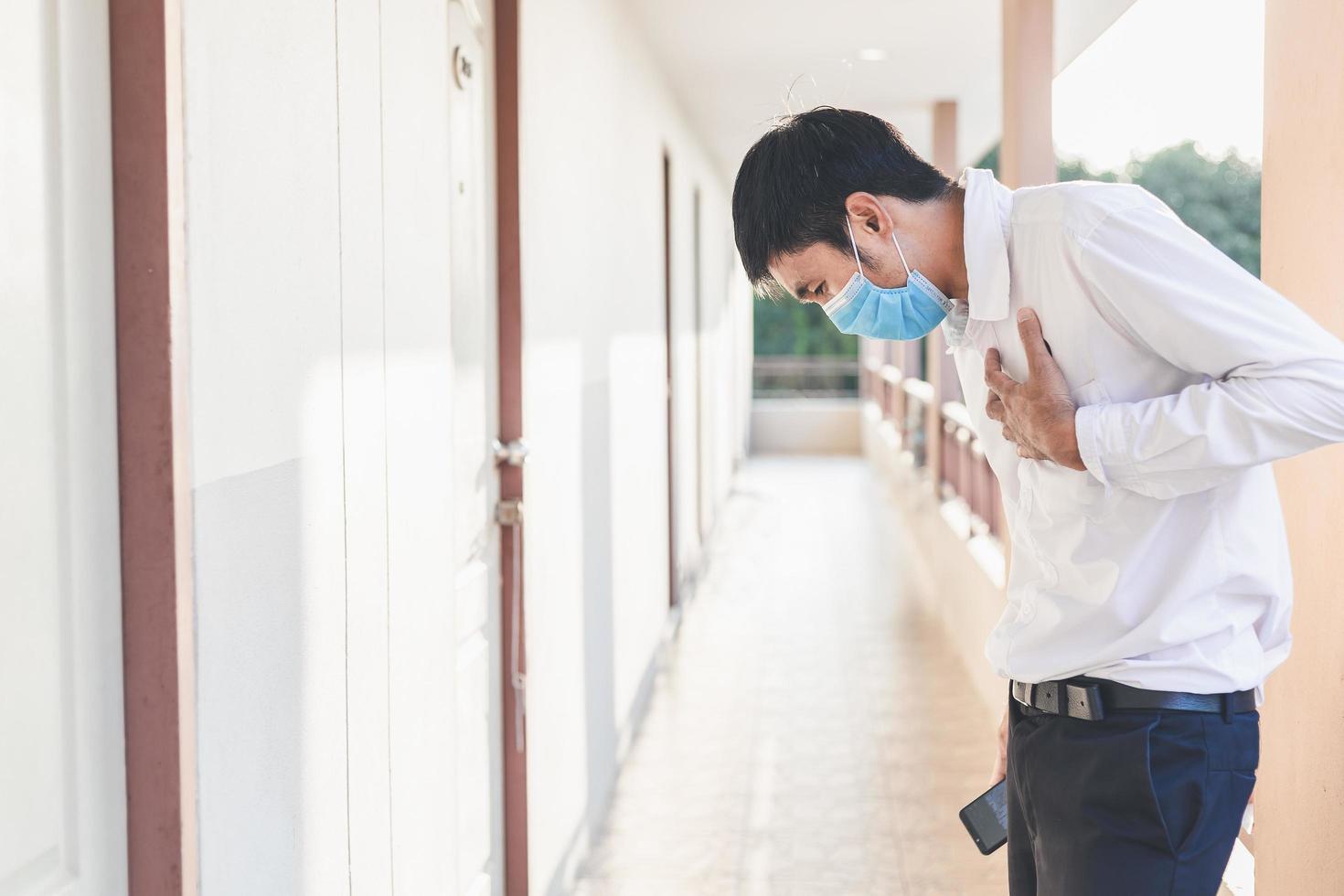 asiatischer Mann, der eine Maske trägt foto