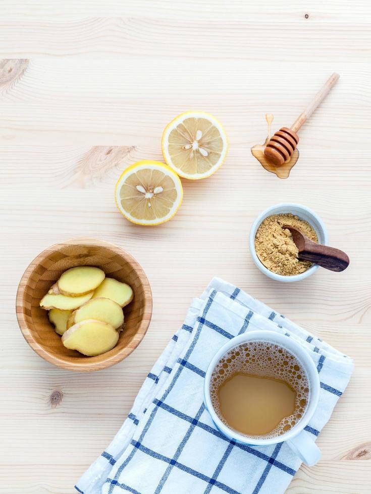 Ingwertee mit Ingwerwurzeln mit Zitrone und Honig foto