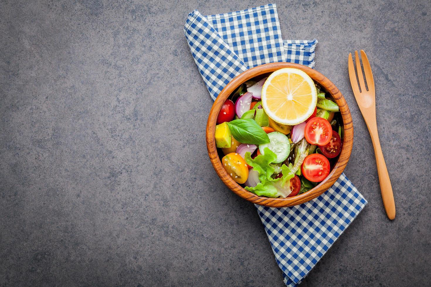 Schüssel Salat mit einem Tuch foto