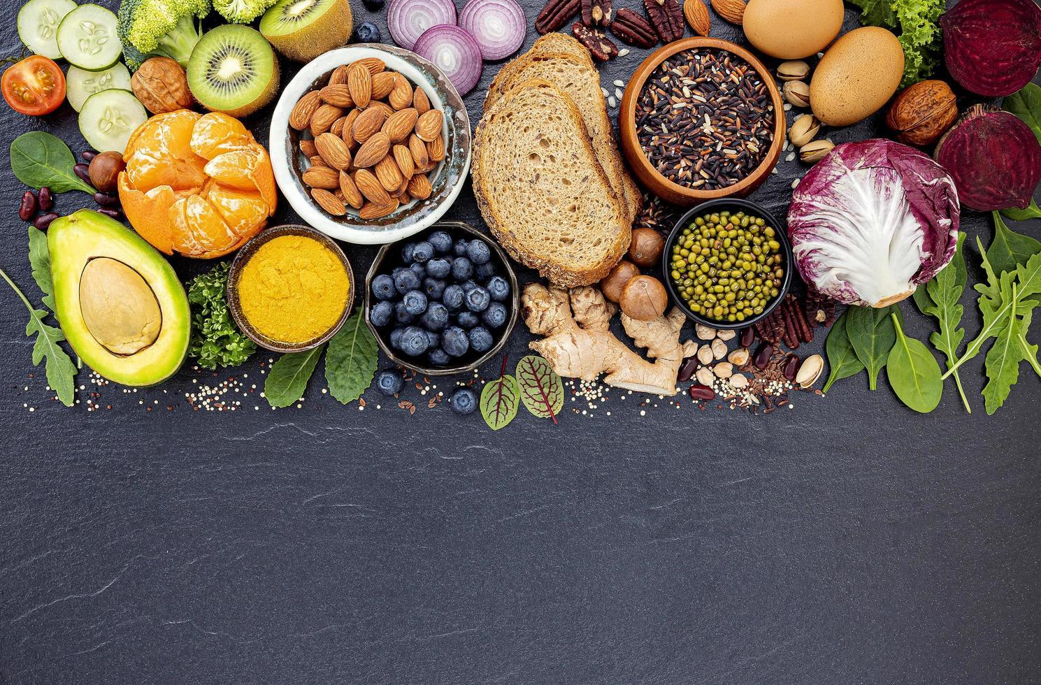 Auswahl gesunder Lebensmittel auf dunklem Schiefer foto