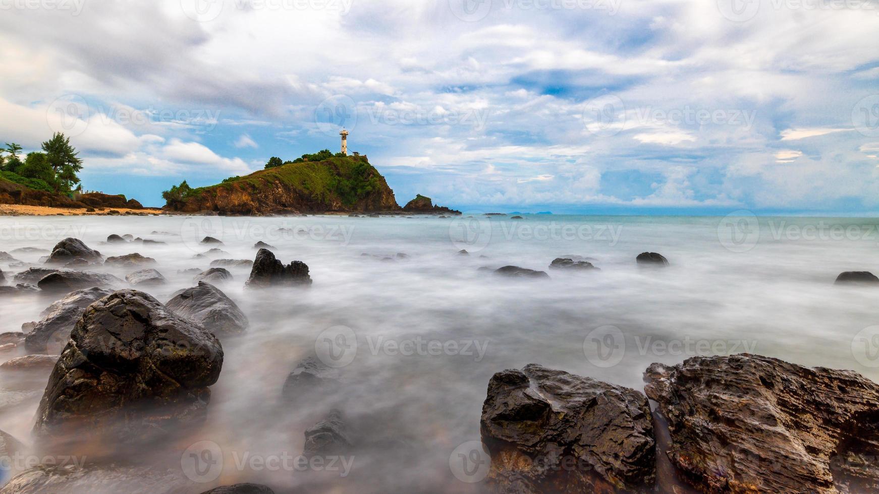Leuchtturm mit Felsen in Thailand foto