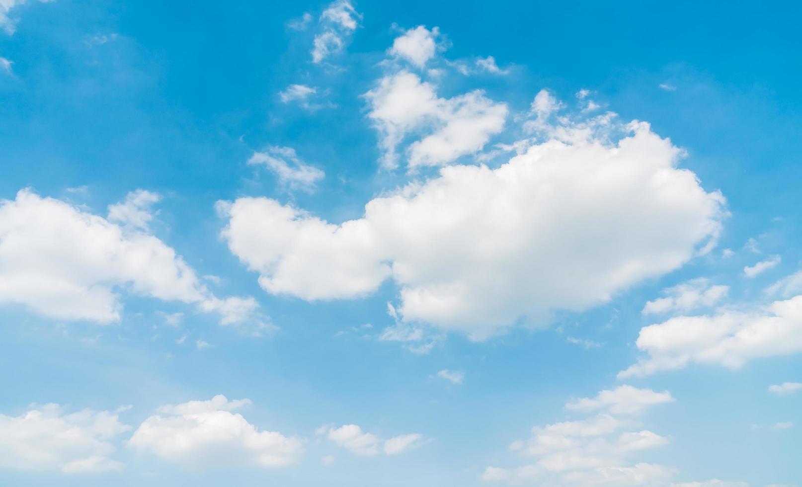 weiße Wolken am blauen Himmel foto