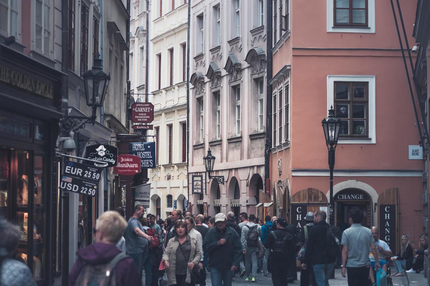 Prag, Tschechische Republik 2017 - Blick auf die Karlova Straße mit Touristen foto
