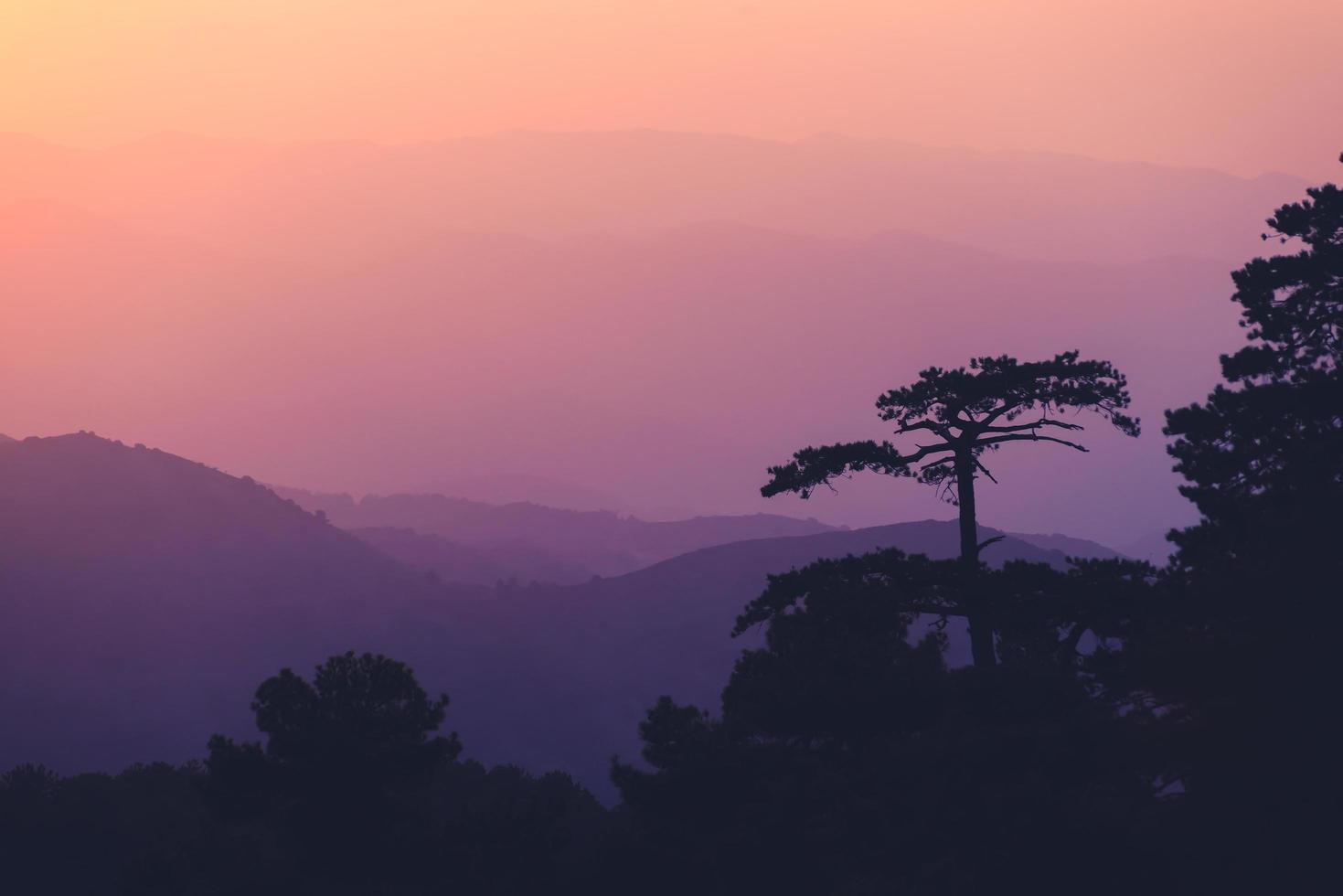 Sonnenuntergang in den Troodos Bergen in Zypern foto