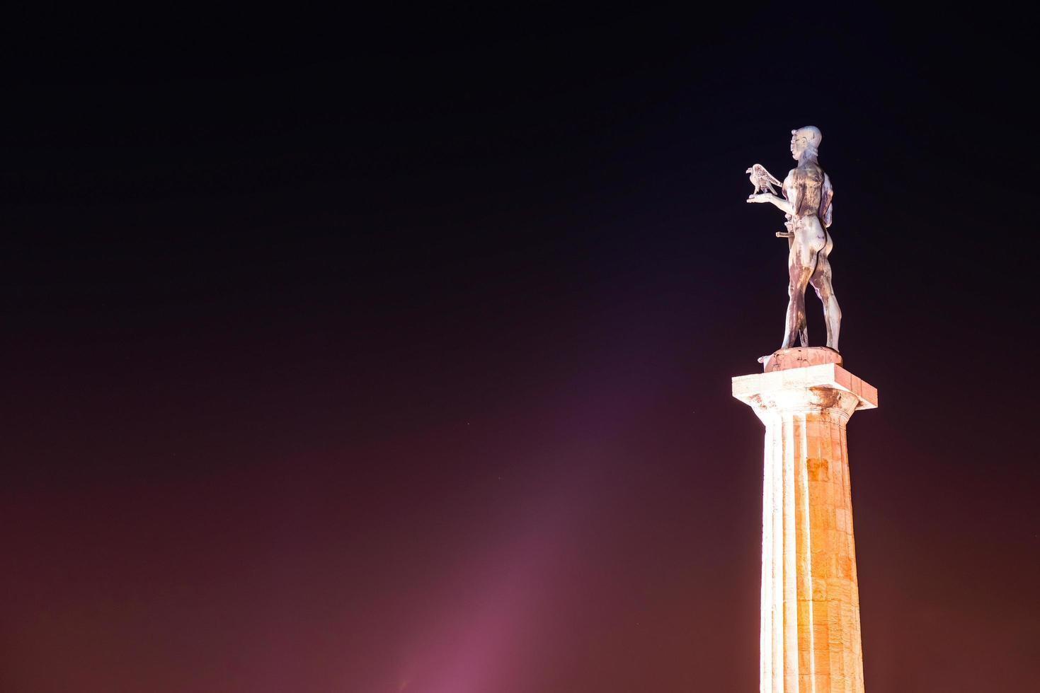 das Siegerdenkmal auf der Festung Kalemegdan bei Nacht in Belgrad, Serbien foto