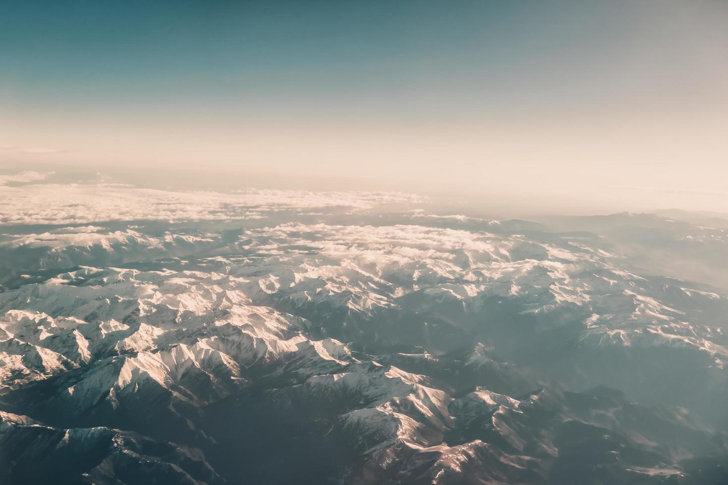 Gebirgslandschaft vom Flugzeug foto