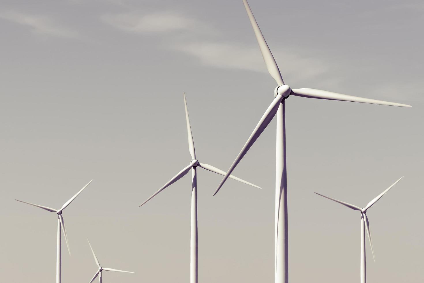Windkraftanlagen gegen den Himmel foto