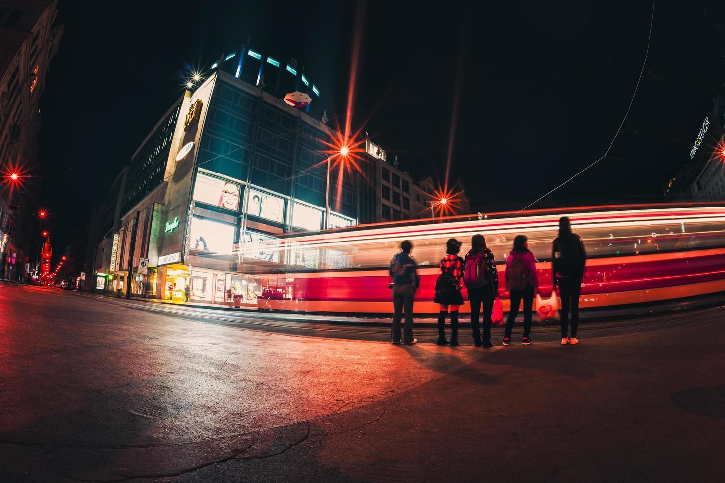 Tschechische Republik 2017 - Menschen auf der Straße inmitten von Lichtspuren in der Nacht foto