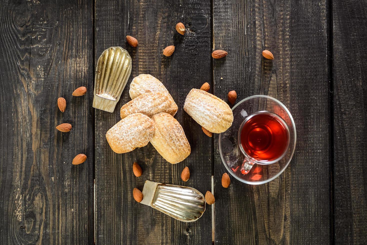 Kekse auf einem Holzhintergrund mit roter Flüssigkeit foto