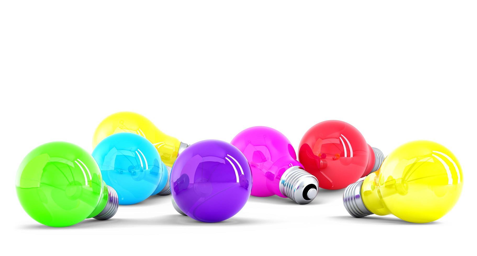bunte Glühbirnen lokalisiert auf weißem Hintergrund foto