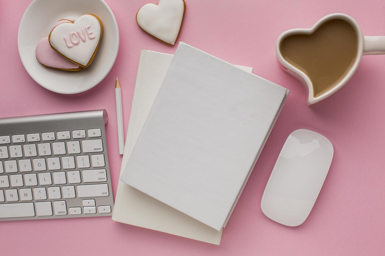 Notizblockmodell mit Artikeln zum Valentinstag foto