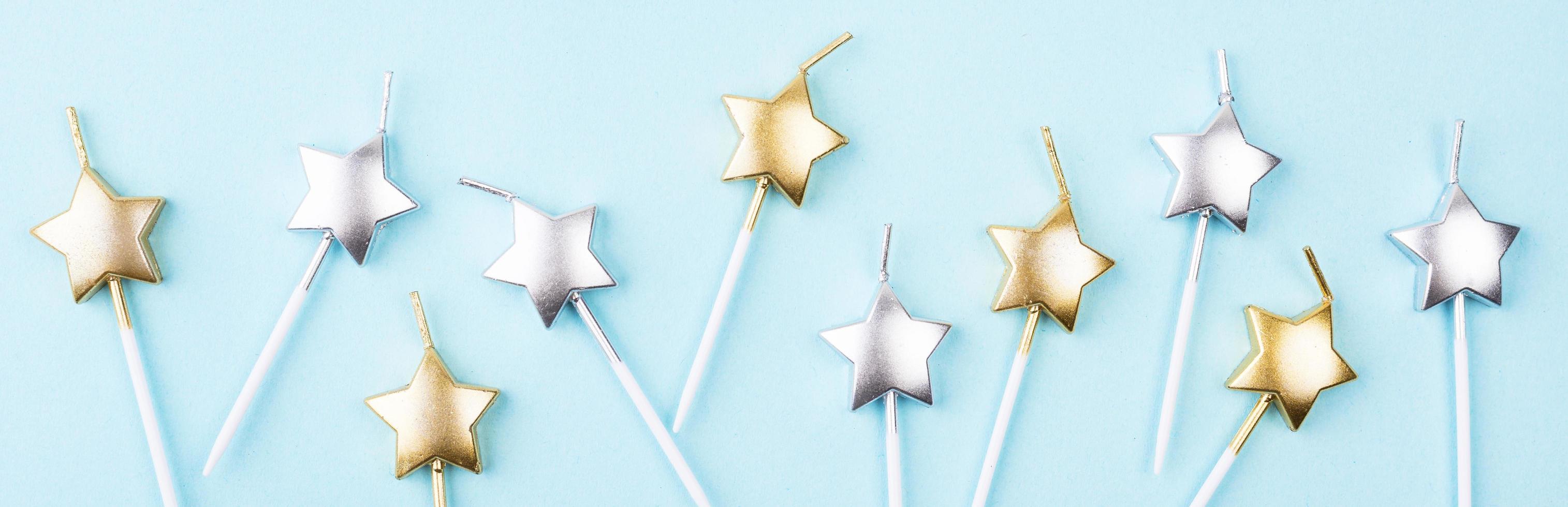 Sternkerzen auf blauem Hintergrund foto