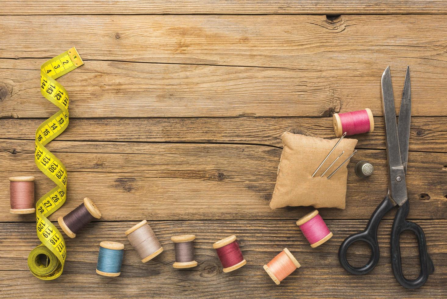 Nähen von Gegenständen mit Kopierraum auf Holz foto