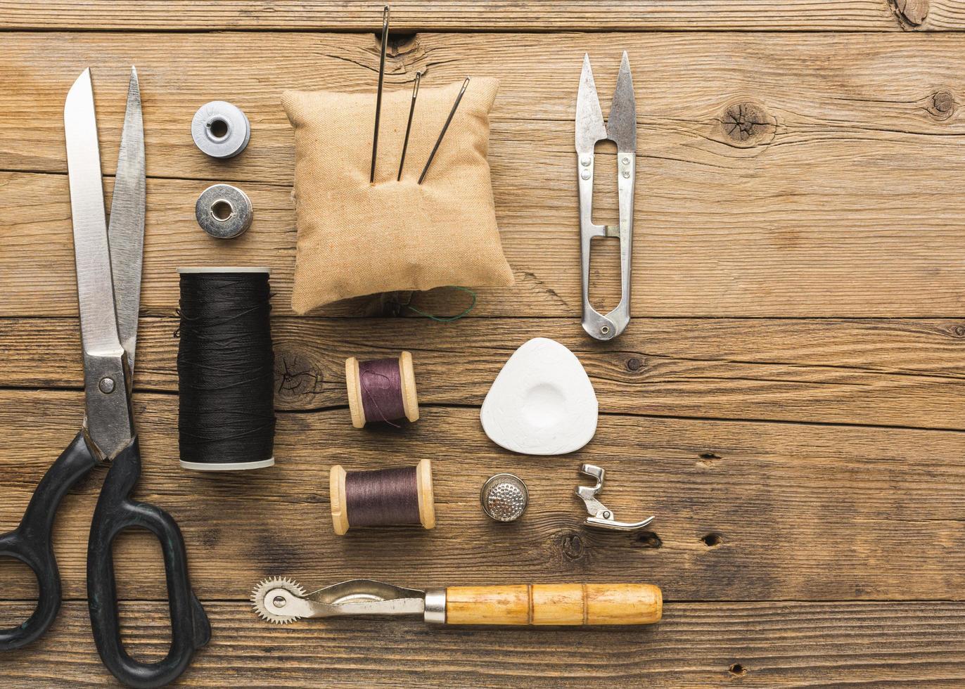 Draufsicht auf das Nähen von Gegenständen auf einem Tisch foto