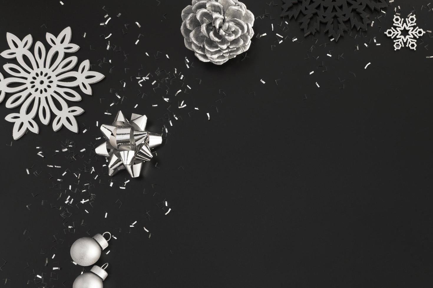 silberne Weihnachtsdekoration auf schwarz foto